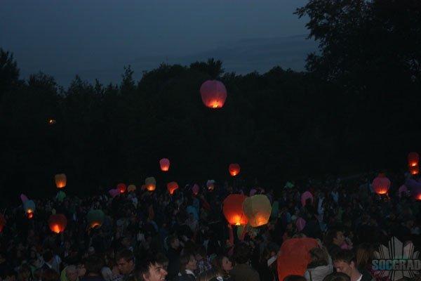 Запуск летающих фонариков в день защиты детей на Певческом поле