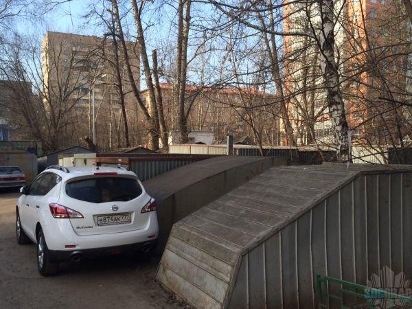 Стоянка из гаражей-ракушек у дома 6 по Маломосковской улице